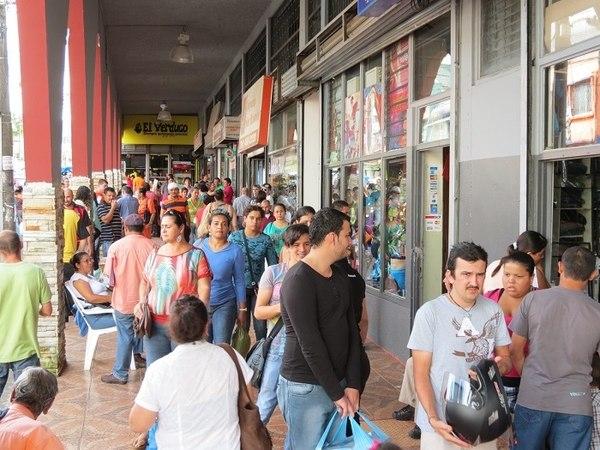 ¡A cuentagotas! Comerciantes reservados con empleos temporales en Navidad - San Carlos Digital